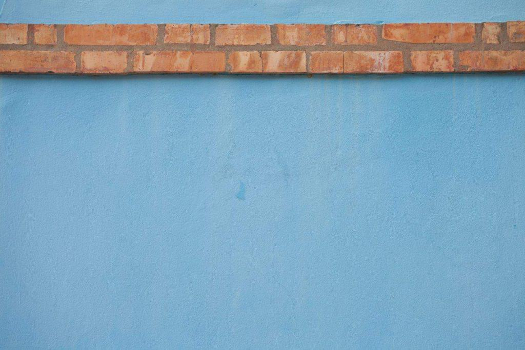 tinteggiature da interni azzurro con mattoni a contrasto
